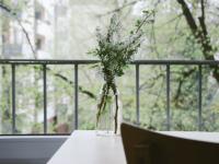 Blumenstraus auf Balkon